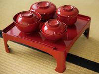 日本人はなぜ器を手に持って食事をする? 懐石料理の専門家が解説